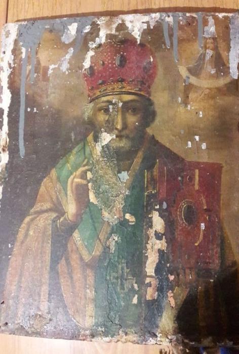 В Очакове на свалке нашли древнюю икону Святого Николая