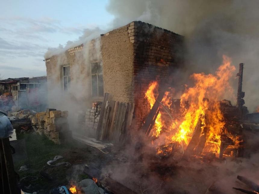 За день в Николаевской области дважды горели здания в жилых дворах