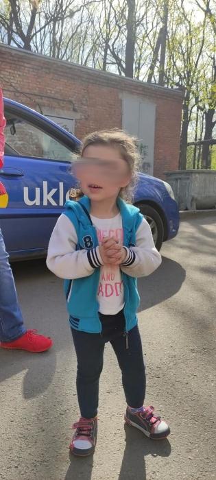 В Николаеве 3-летняя девочка гуляла одна — небезразличные горожане обратились в полицию