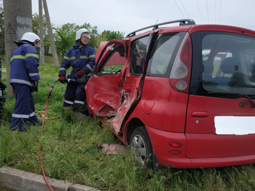 В Южноукраинске столкнулись Toyota и мотоцикл: трое пострадавших, водителя авто вырезали спасатели