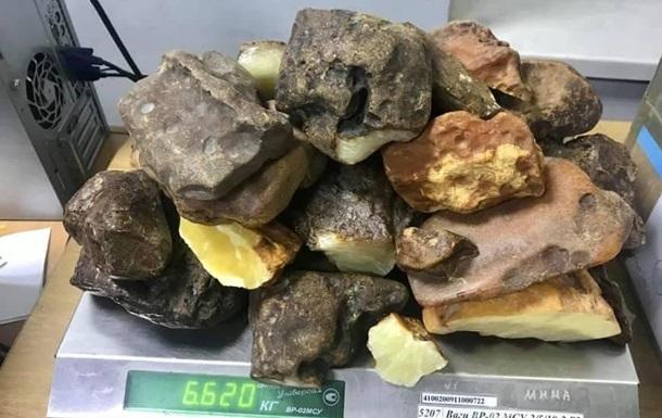 Из Украины в Катар незаконно пытались отправить 12 янтаря