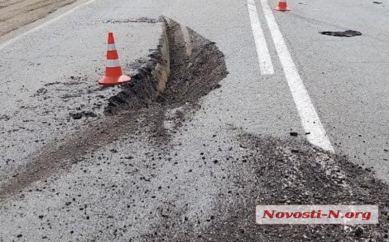Под Николаевом перевернулась фура: трасса частично заблокирована