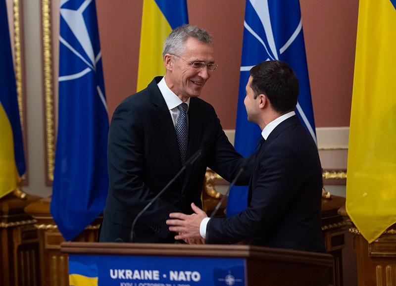 Зеленский и генсекретарь НАТО обсудили предстоящий саммит, на который Украину не пригласили