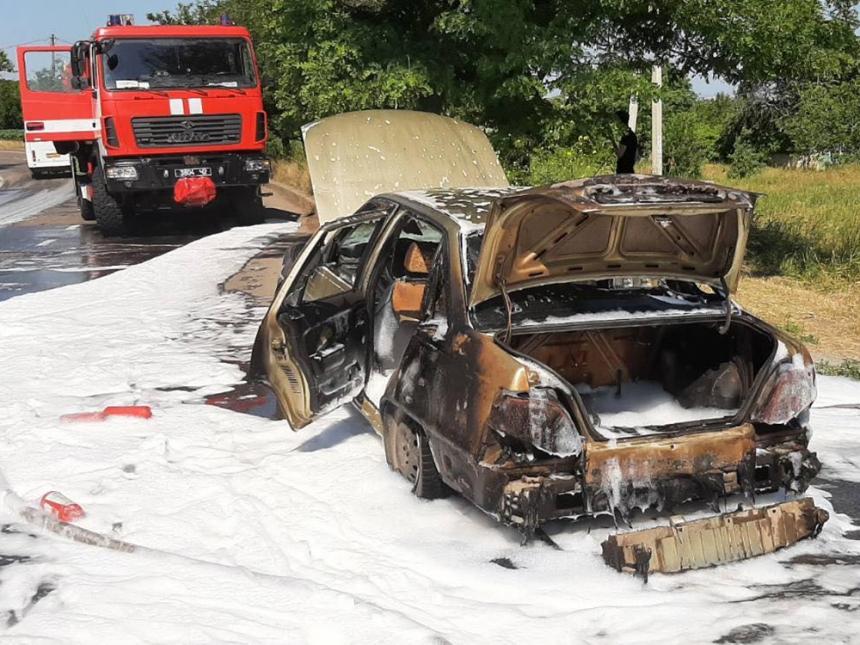 В Николаеве на ходу загорелся автомобиль «Деу»