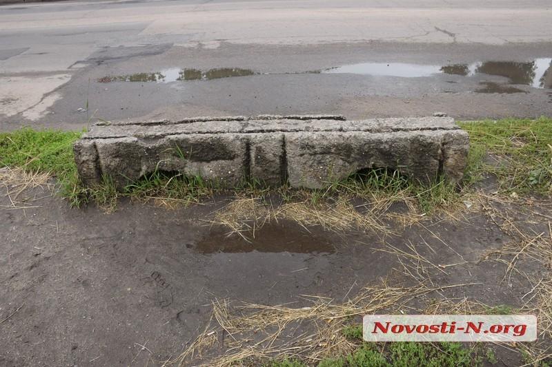 Сломанная скамейка и «болото» под ногами: в Николаеве просят привести в порядок остановку