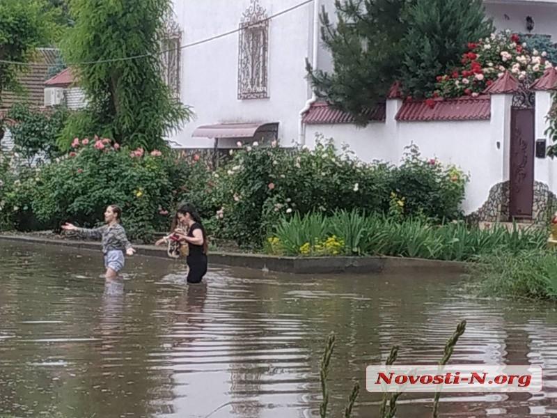 Последствия ливня в центре Николаева: ливневки не справляются, воды по пояс