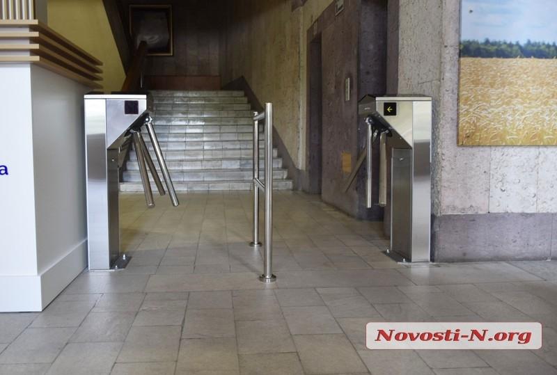 Турникет в Николаевском облсовете: попасть внутрь сможет любой желающий