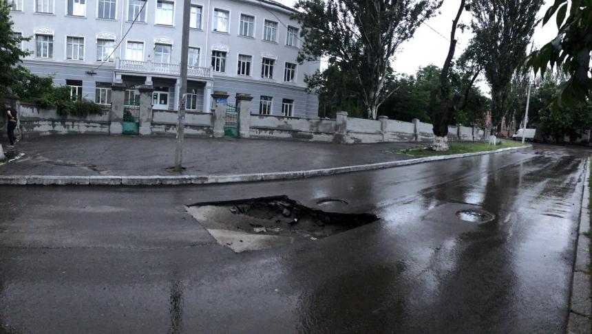 В Николаеве после ливня посреди дороги образовался провал. ФОТО