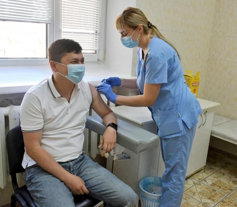 Николаевский губернатор Ким вместе с заместителем сделали прививку от COVID-19