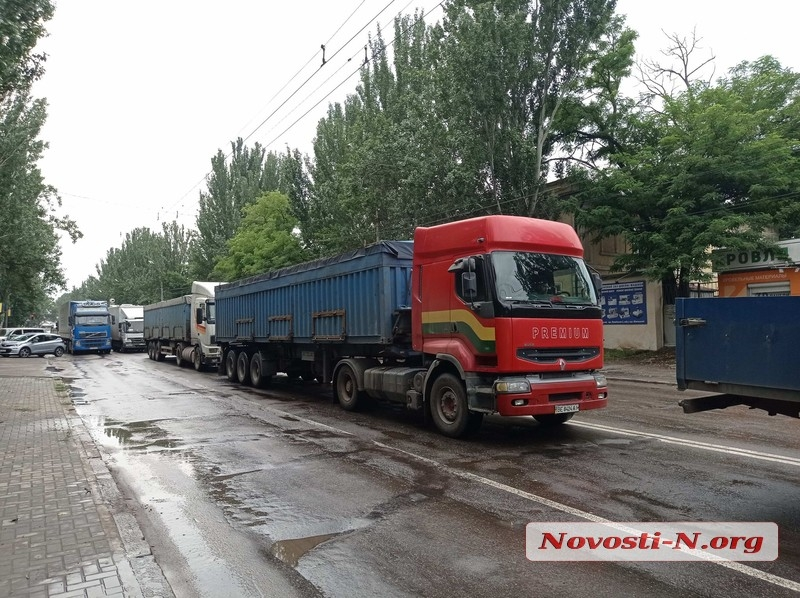 Транспортный коллапс в Николаеве: город заполонили десятки фур