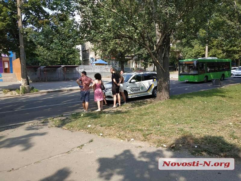 В центре Николаева автомобиль сбил мать и сына на пешеходном переходе