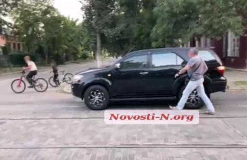 В центре Николаева велосипедисты не поделили дорогу с внедорожником (видео)