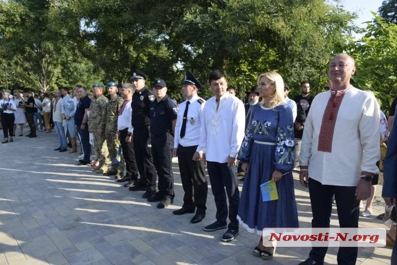 В Николаеве подняли гигантский флаг Украины (видео)