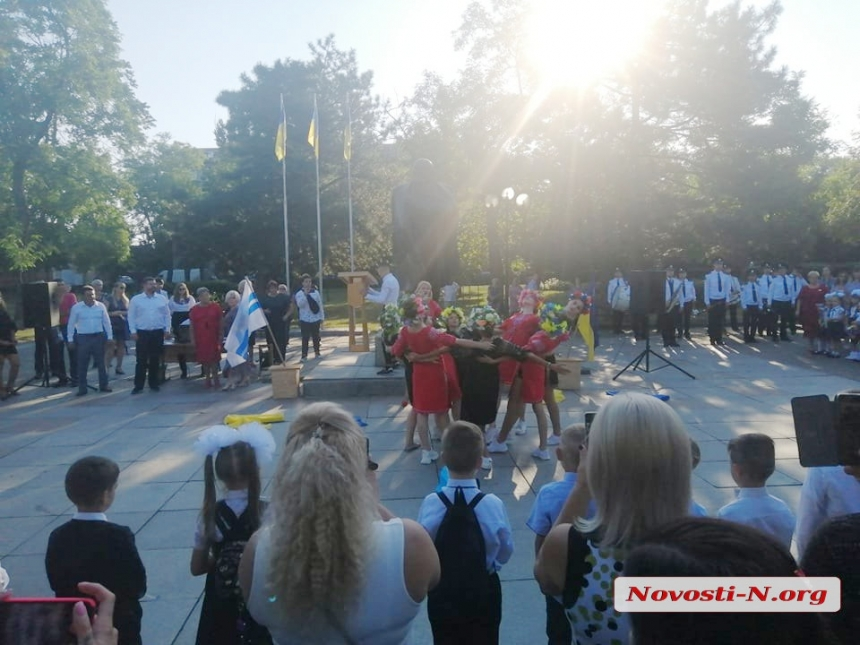 В Николаеве линейки только для первоклассников: за парты впервые сели более 4,5 тысяч малышей