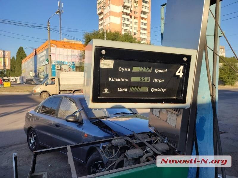 В Николаеве автомобиль врезался в автозаправку