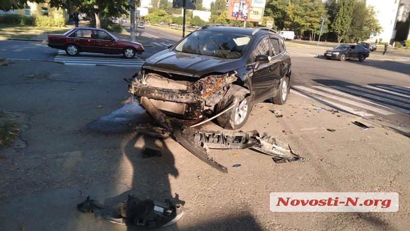 В центре Николаева Ford Kuga «протаранил» Daewoo: пострадал водитель
