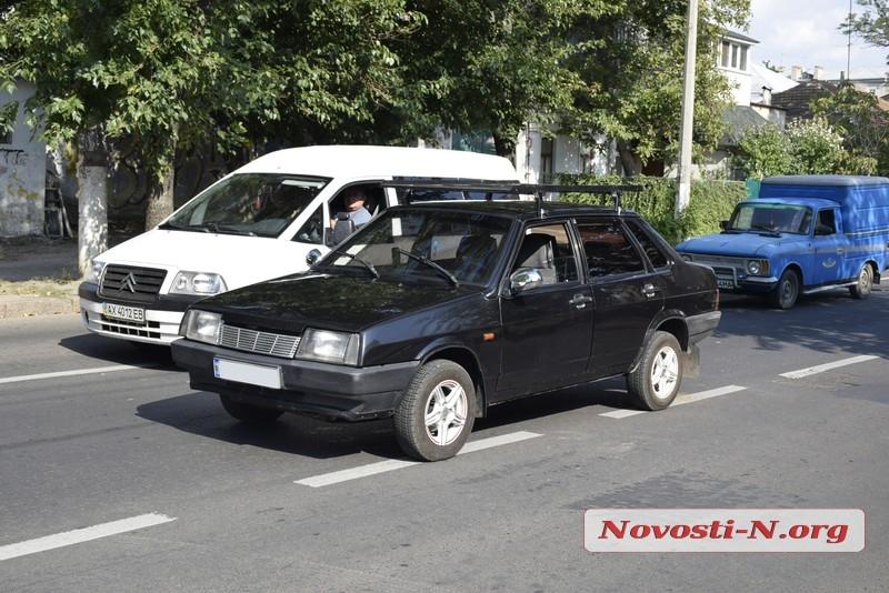 В Николаеве столкнулись минивэн и «Лада»: образовалась пробка