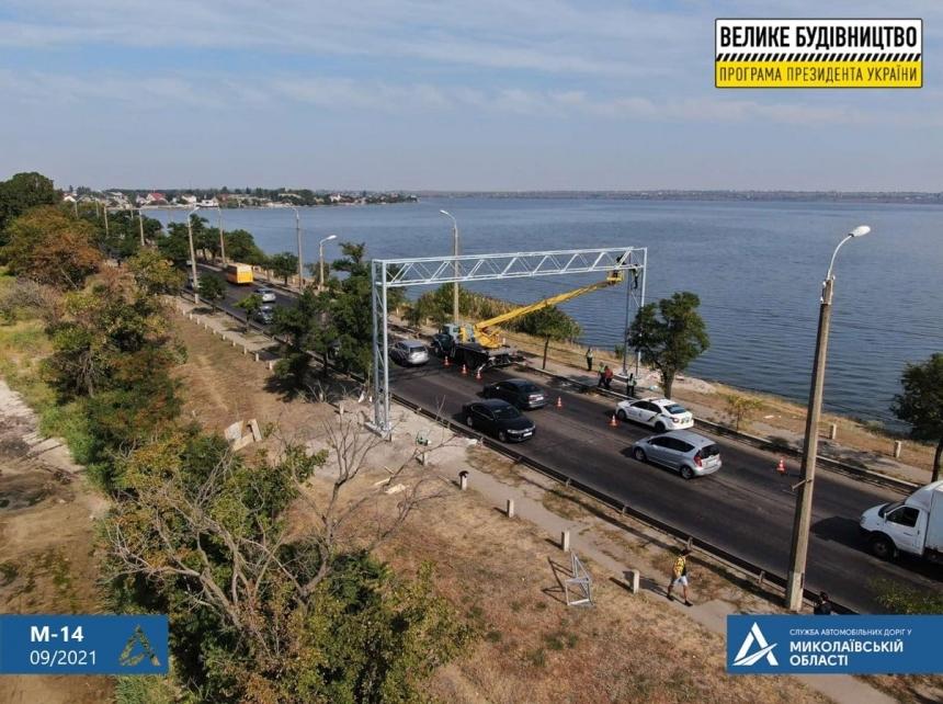 В Николаеве приступили к установке весов для фур на Варваровском мосту