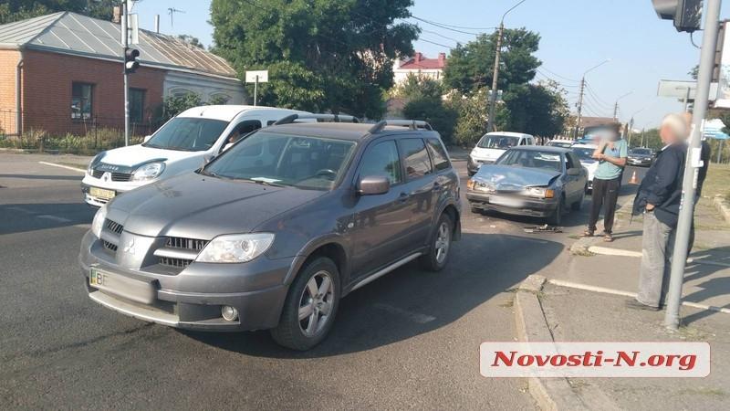 В Николаеве «Форд» врезался в «Мицубиси»