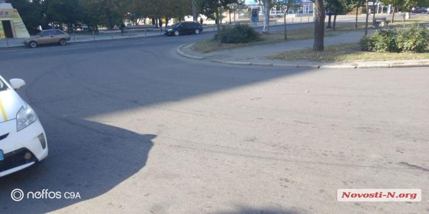 В центре Николаева автомобиль сбил женщину и скрылся — водителя ищет полиция
