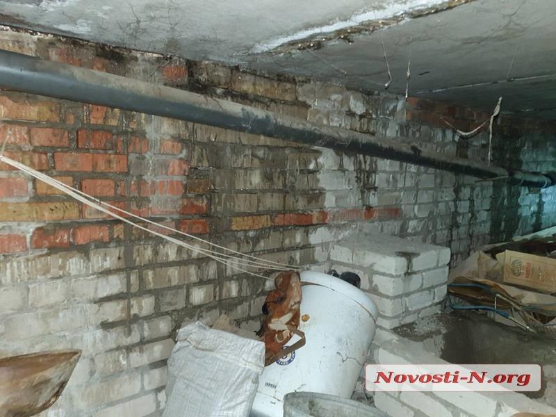 В Николаеве дождь затопил многоэтажку: строители во время ремонта не накрыли дыры в кровле