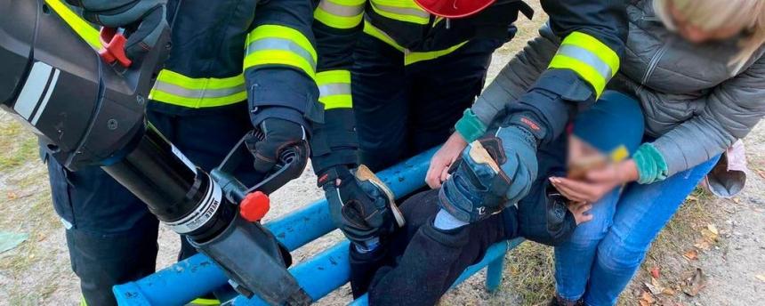 В Черкассах двухлетний мальчик застрял в металлической скамейке
