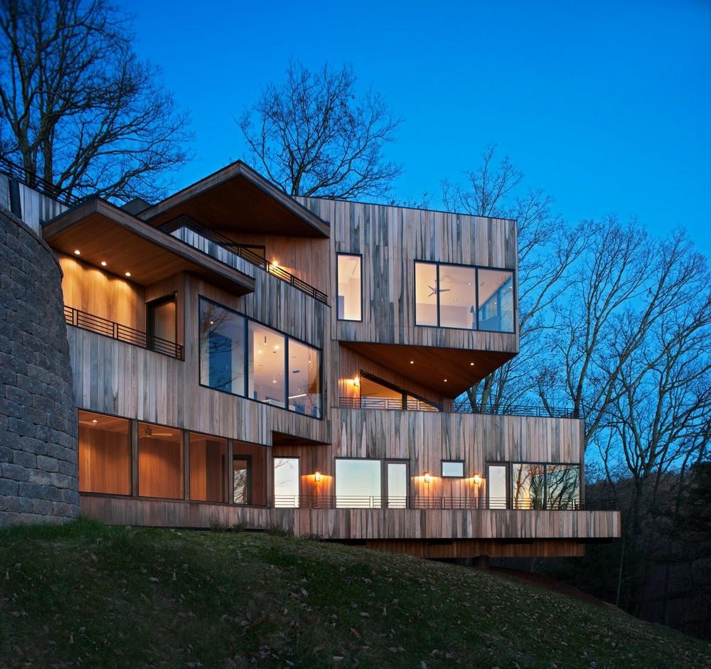 Частный дом на крутом склоне холма в США