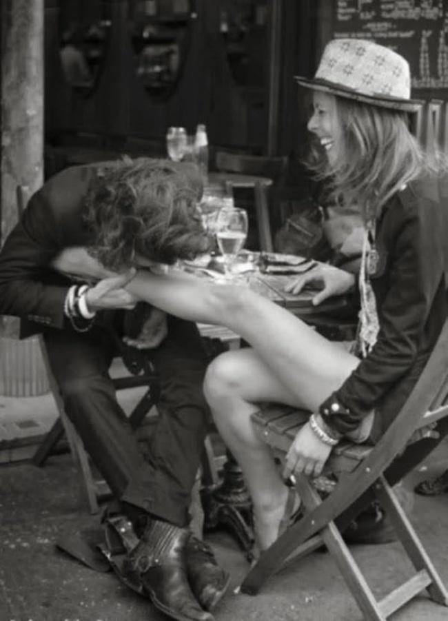 целует девушке фото ноги девушка