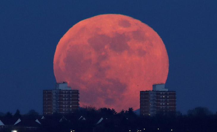Луна полностью погрузилась втень Земли