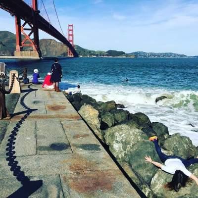 Девушка покорила Instagram смешными фотками из путешествий