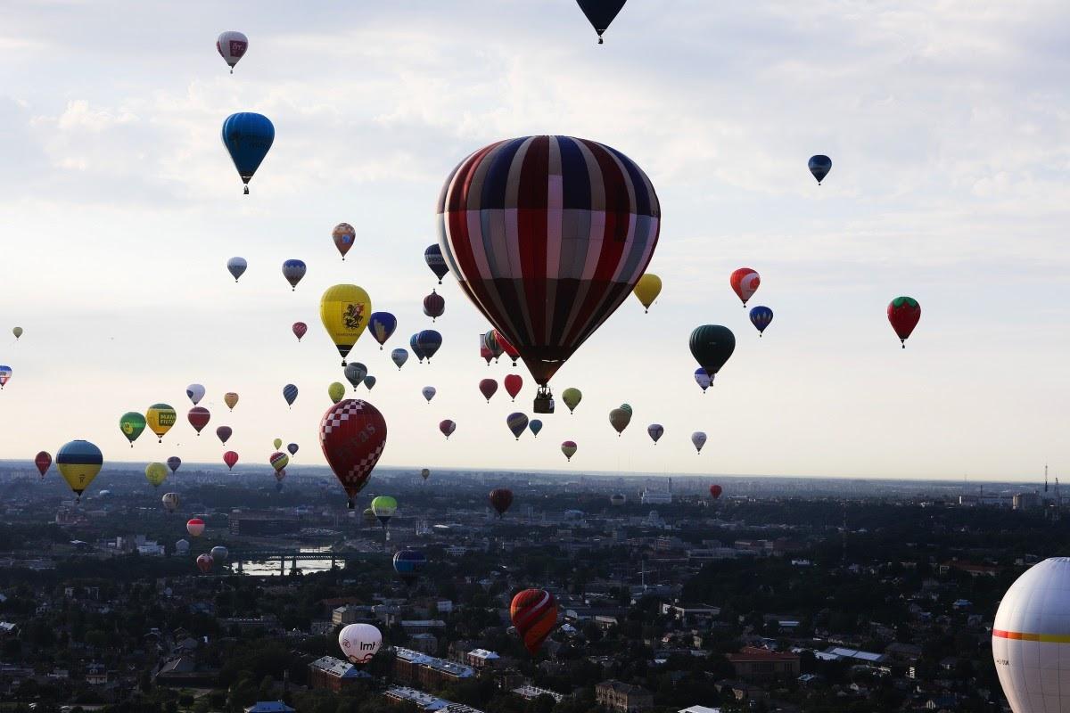 Картинки воздушные шары в небе над городом