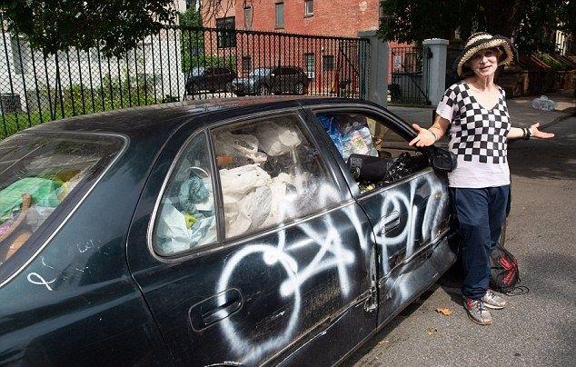 Пенсионерка с состоянием складирует мусор и роется по помойкам