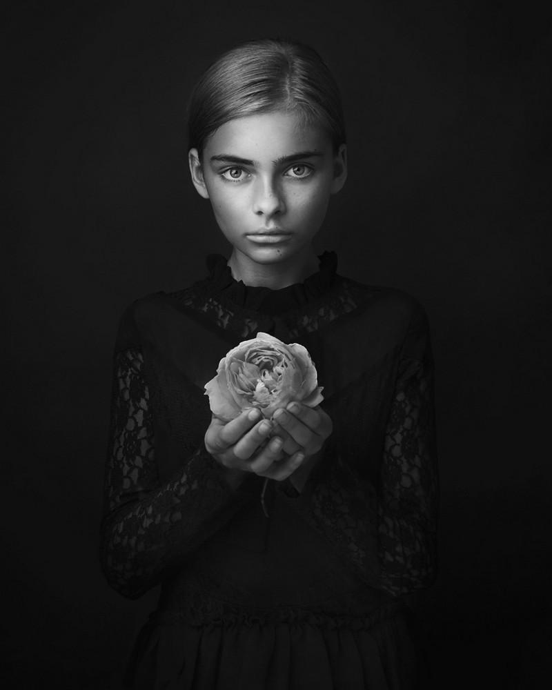 программе есть конкурс фото черно белое можно подчеркнуть