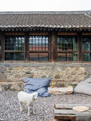 Старый сельский дом в Китае превратили в стильное жилище. Фото