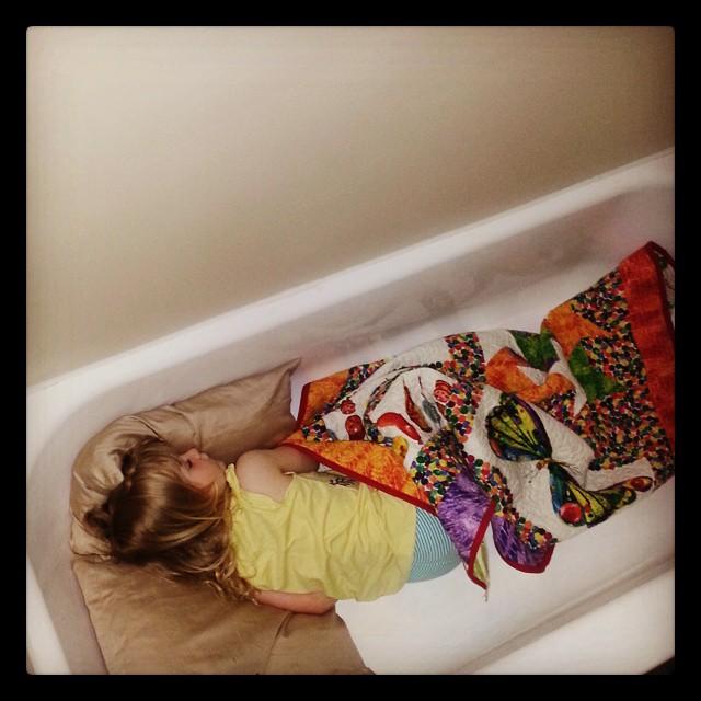 Потешные дети, которых внезапно сморила усталость. ФОТО