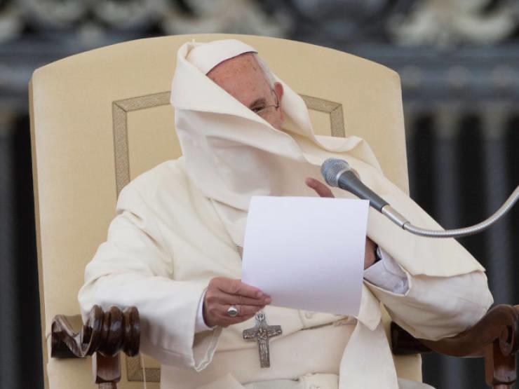 Курьезные снимки с Папой Римским, которого не любит ветер. ФОТО