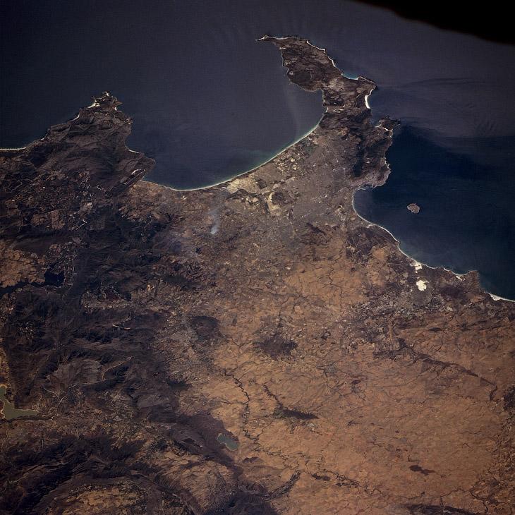 Кейптаун, Ложная бухта (вверху) и Столовая бухта с островом Роббен (справа), вид из космоса