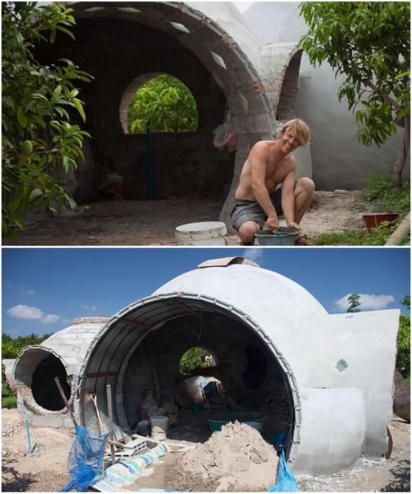 Стив очень быстро научился делать специальные глиняные блоки и штукатурить стены (Earthen Dome Home, Таиланд).   Фото: obozrevatel.com.