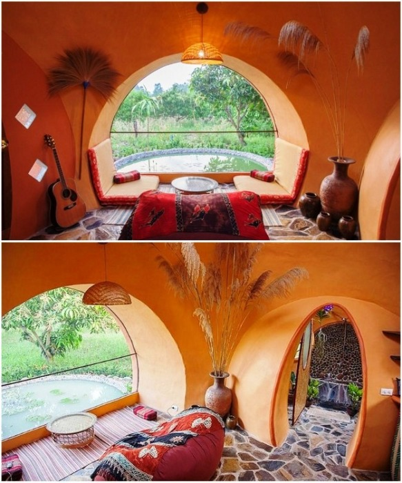 Благодаря большим окнам гостиная получилась светлой и уютной (Earthen Dome Home, Таиланд).   Фото: batdongsan.com.vn/ ©Steve Areen.