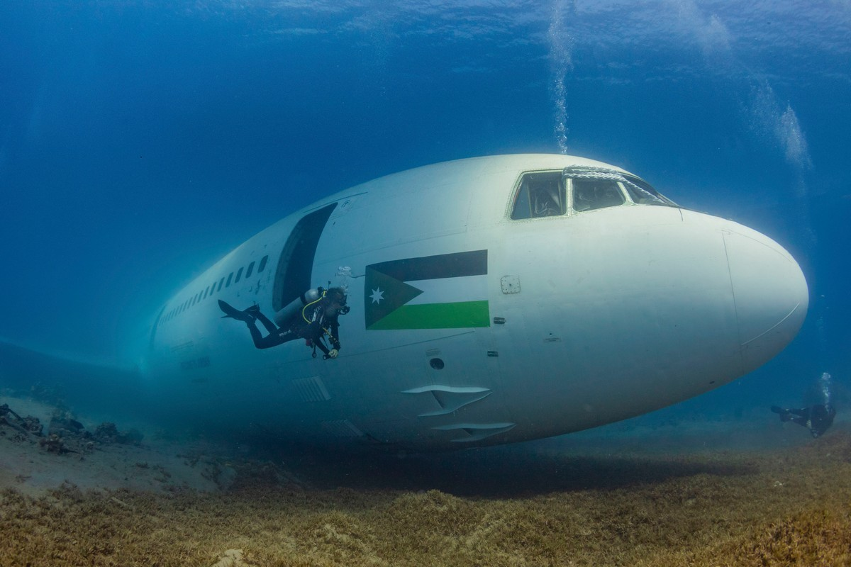 Самолет пассажирский под водой фото