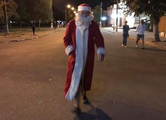 Вышел из отпуска: по Белой Церкви прогулялся Дед Мороз в тапочках. ФОТО