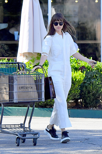 Дакота Джонсон в белом комбинезоне на шопинге в Лос-Анджелесе. ФОТО