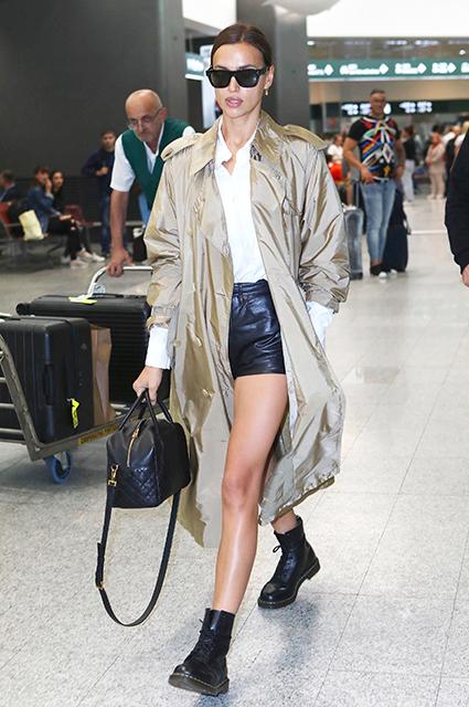 Ирина Шейк в стильном casual-образе в аэропорту Милана. ФОТО