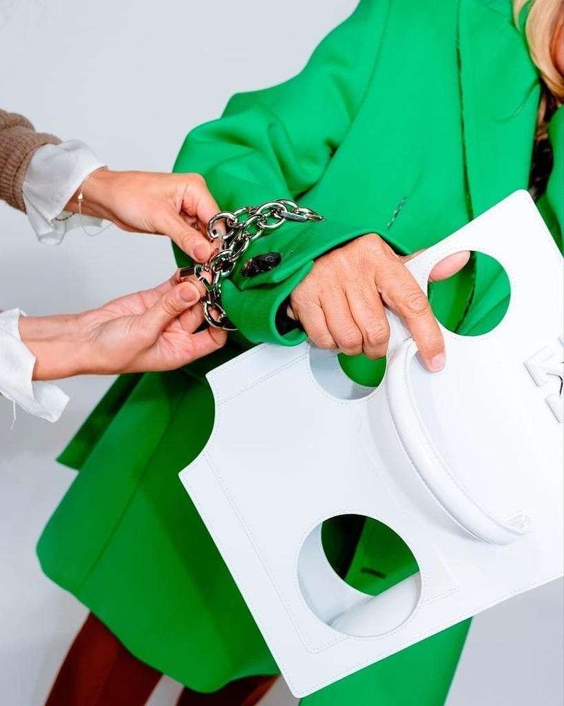 Off-White продвигает сумки с дырками