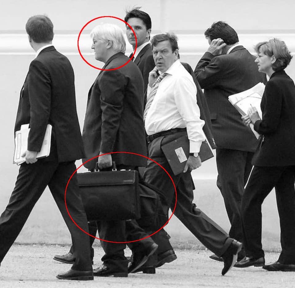 Работали носильщиками: в сети напомнили забавные фото с Путиным и Штайнмайером. ФОТО