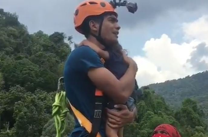 Отец прыгнул со своей 2-летней дочерью на руках с высоты в 60 метров