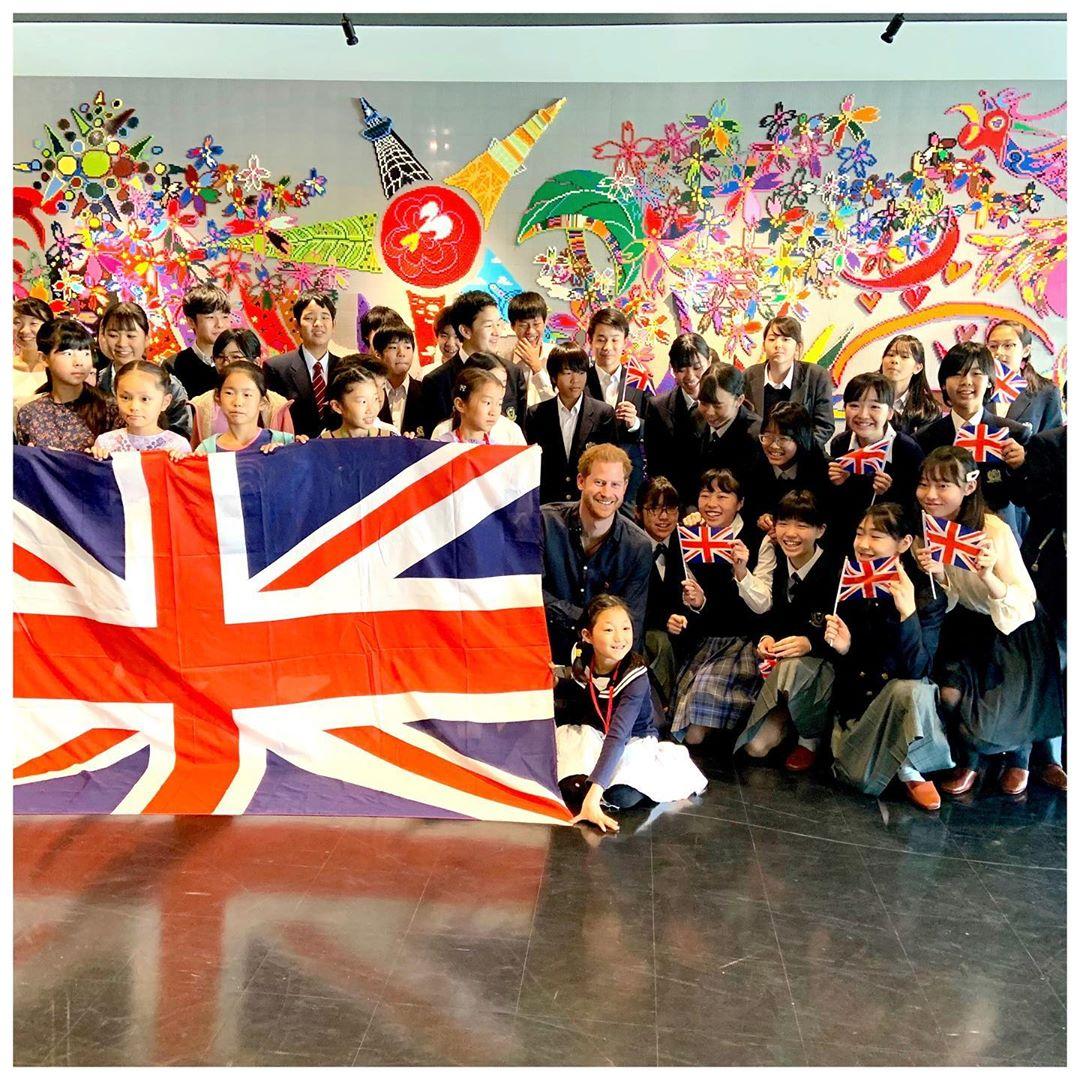 Принцу Гарри в Японии пришлось спасаться бегством от поклонниц, которые назвали его «красавчиком». ФОТО