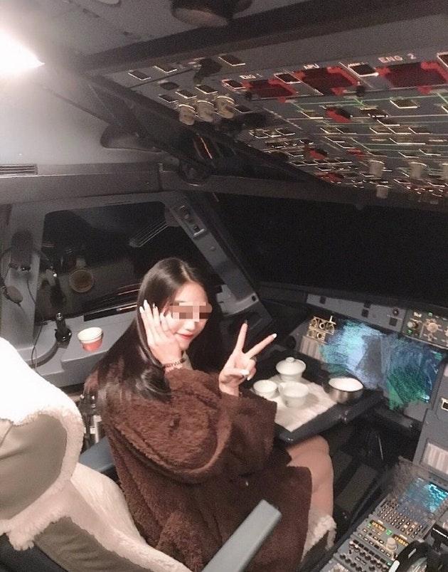 В Китае пилота уволили за фотосессию пассажирки в кабине. ФОТО