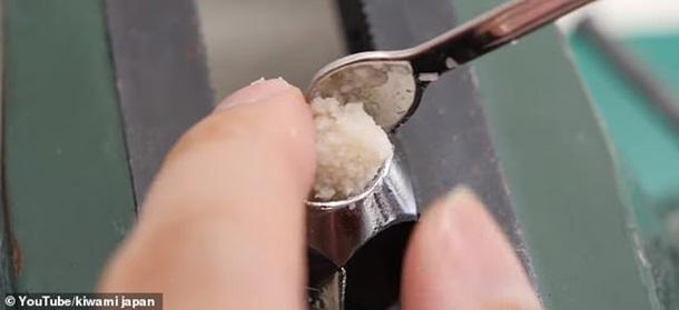 Японец создал кольцо из состриженных ногтей. Фото