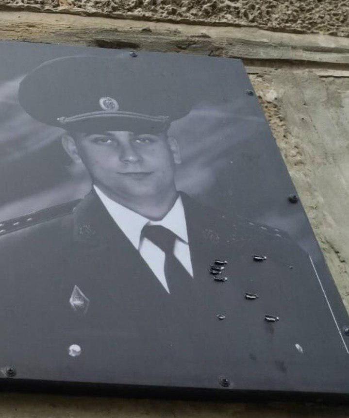 В Полтаве за одну ночь изувечили две памятные доски погибшим в АТО и сожгли волонтёрский бус. ВИДЕО